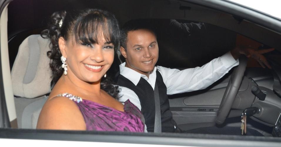 14.jun.2013 - A atriz Solange Couto e o marido Jamerson Andrade chegam de carro para a cerimônia do casamento de Bárbara Borges