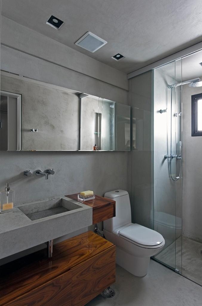 A extremidade da bancada e o gabinete em pau-ferro concederam um toque diferenciado ao banheiro. As louças e metais são da Deca. O projeto de reforma do Loft Real Park é do arquiteto Diego Revollo