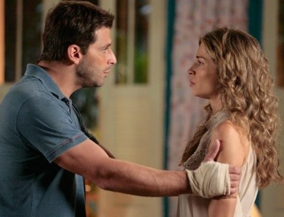 """Em """"Flor do Caribe"""", Ester se chateia com Cassiano após provocação de Alberto"""