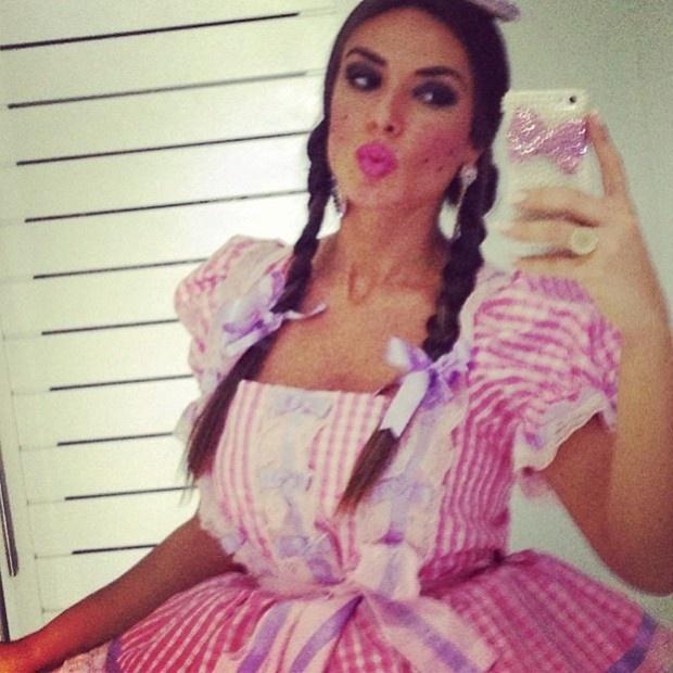 15.jun.2013 - Nicole Bahls publica foto vestida de caipira