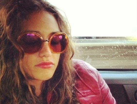 15.jun.2013 - O ator José Loreto fotografou a namorada, Débora Nascimento, enquanto a atriz tirava um cochilo no carro. Ambos estão na novela