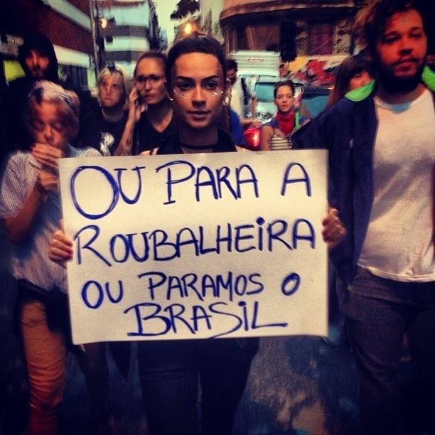 """17.jun.2013 - A atriz Thaila Ayala segura cartaz em que se lê. """"Ou para a roubalheira ou paramos o Brasil"""" em protesto"""