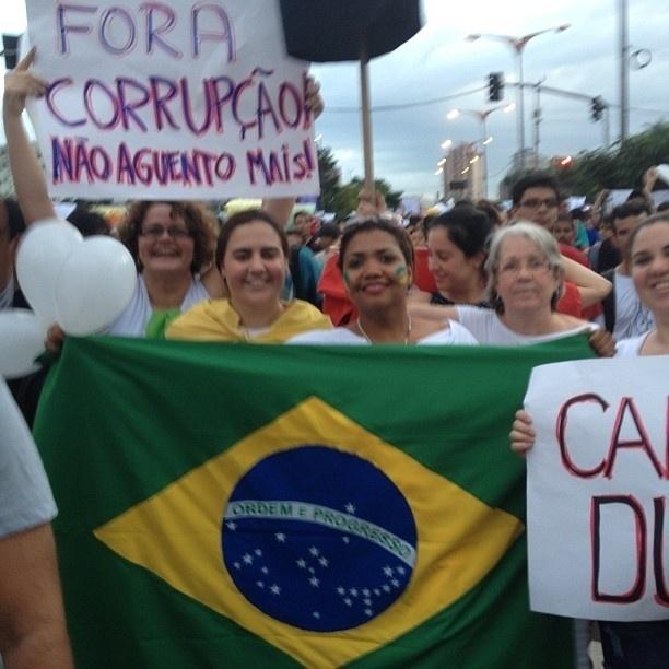 17.jun.2013 - A cantora Gaby Amarantos caminha em protesto no Pará