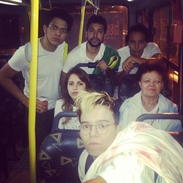 17.jun.2013 - A cantora Maria Gadú vai de ônibus ao protesto no Rio, acompanhada de amigos e da mãe, Neusa Gadú