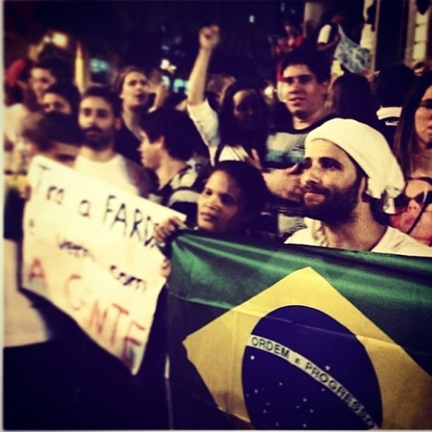 17.jun.2013 - Bruno Gagliasso participa de protesto no Rio