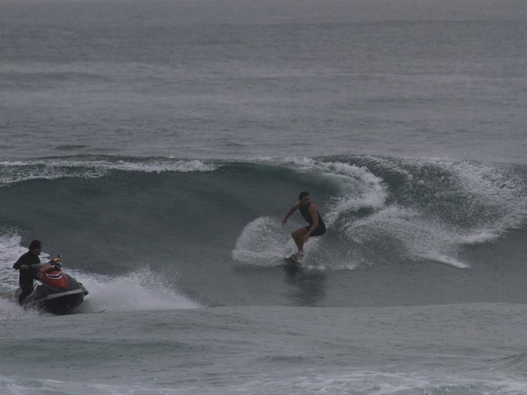 17.jun.2013 - Cauã Reymond aproveitou a manhã desta segunda-feira (17) para surfar - um de seus esportes favoritos. Mesmo com o mar agitado, o ator foi esteve na Prainha, zona oeste do Rio de Janeiro, e mostrou toda a sua habilidade com a prancha