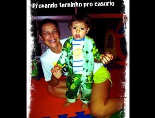 17.jun.2013 - Luana Piovani mostra terno do filho para seu casamento