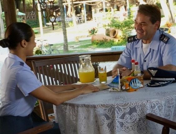 """Em """"Flor do Caribe"""", Taís vê Mantovani com Isabel e fica chateada"""