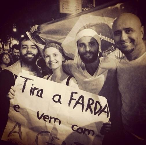 17.jun.2013 - A atriz Fernanda Rodrigues e o ator Bruno Gagliasso participam de protesto no Rio de Janeiro