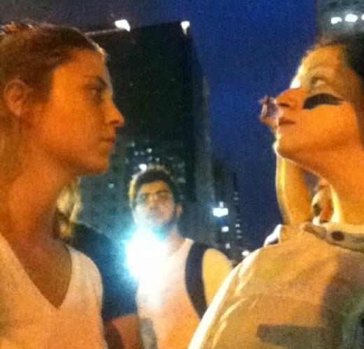 17.jun.2013 - A atriz Luiza Curvo (esq.) ajuda na pintura de uma outra participante da manifestação no Rio de Janeiro