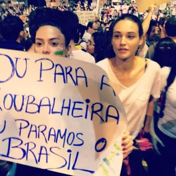 """17.jun.2013 - Débora Nascimento posa com Thaila Ayala em manifestação no Rio. """"O Gigante acordou"""", afirmou"""