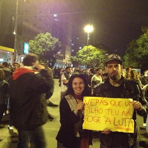 """17.jun.2013 - O cantor Tico Santa Cruz posa com cartaz durante a concentração antes do início da manifestação em Porto Algegre. """"Estamos nas Ruas! POA"""", escreveu ele na legenda de sua foto no Instagram"""