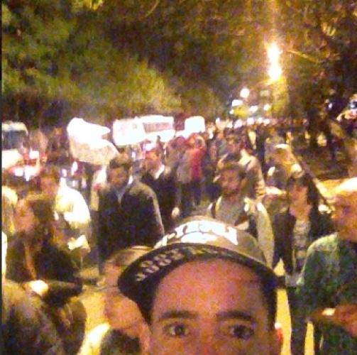 """17.jun.2013 - O cantor Tico Santa Cruz publica foto no meio da manifestação pela mudança do Brasil, em Porto Alegre. """"Estamos nas Ruas P***! Em Porto Alegre"""", escreveu ele na legenda de sua foto no Instagram"""