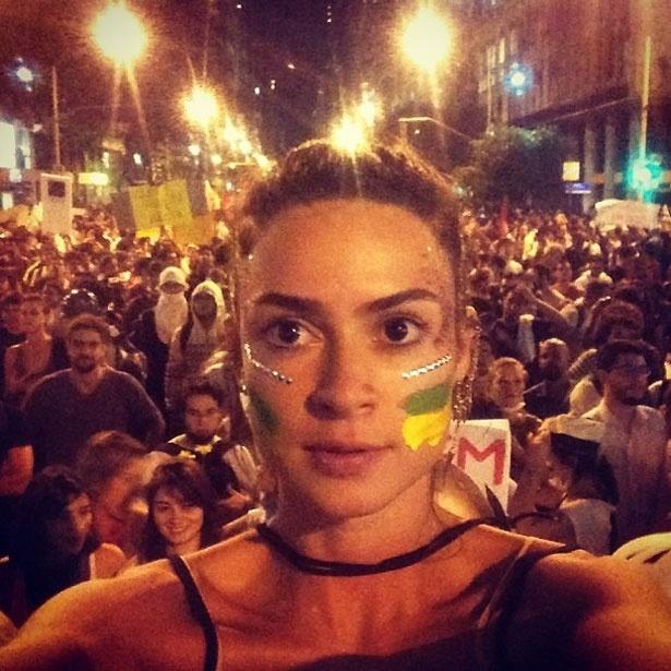 """17.jun.2013 - Thaila Ayala posta foto em manifestação no Rio de Janeiro. """"Foi a coisa mais linda q eu ja vivi"""", definiu a atriz"""