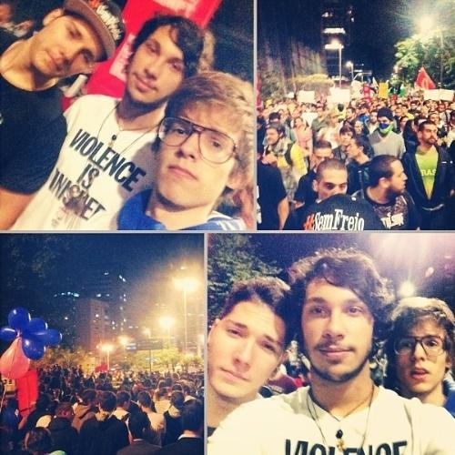 """18.jun.2013 - O apresentador Eduardo Surita publicou foto na manifestação em São Paulo. """"Isso é uma revolução! #vemprarua"""", escreveu na legenda da foto"""
