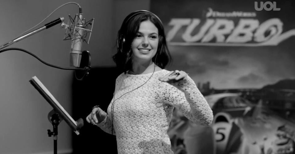 A atriz Isis Valverde durante o trabalho de dublagem de um caracol na animação