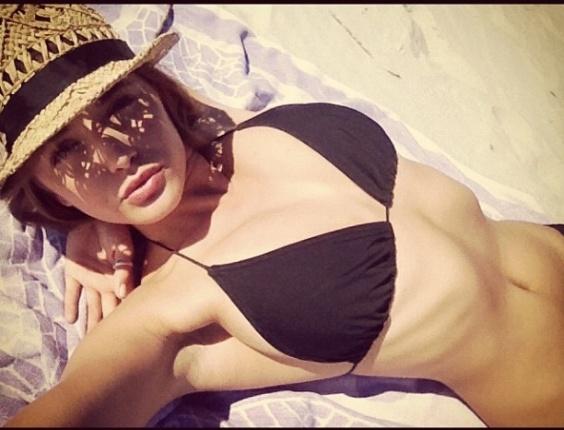 """A modelo Alyssa Arce será a Playmate da edição de julho da """"Playboy"""" norte-americana. O ensaio, onde foi usado um modelo 1987 da Ferrari, foi realizado nos subúrbios de Los Angeles; confira algumas imagens dos bastidores e outras fotos publicadas no Instagram da beldade."""