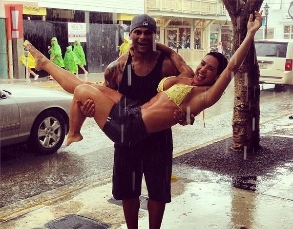 13.jun.2013 - Scheila e o marido, o cantor Tony Salles, se divertem sob a chuva