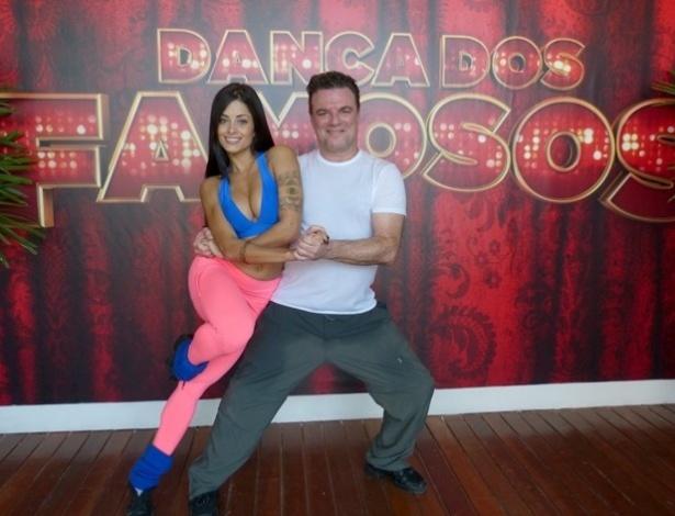 """18.jun.2013 - Adriano Garib treina passos de rock com a bailarina Aline Riscado para a """"Dança dos Famosos"""""""