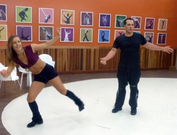 "18.jun.2013 - Daniel Boaventura e Juliana Valcézia ensaiam passos de rock para a ""Dança dos Famosos"""