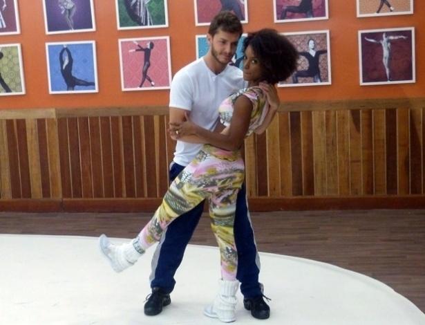 """18.jun.2013 - O ator Klebber Toledo faz """"carão"""" ao ensaiar passos de rock para a """"Dança dos Famosos"""" com a professora Ivi Pizzott"""