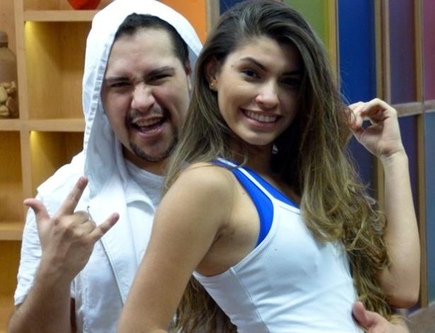 """18.jun.2013 - Tiago Abravanel ensaia rock com Ana Paula Guedes para a """"Dança dos Famosos"""". O ator fez pose e disse """"hoje é dia de rock, bebê"""""""
