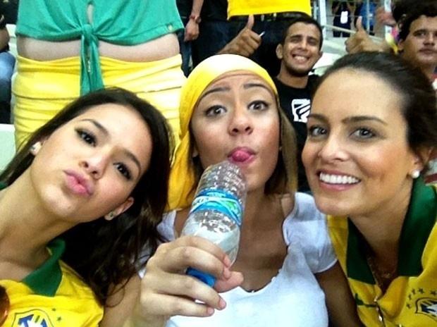 19.jun.2013 - Ao lado da irmã de Neymar, Rafaella, Bruna Marquezine vê o craque no jogo da seleção brasileira contra o México