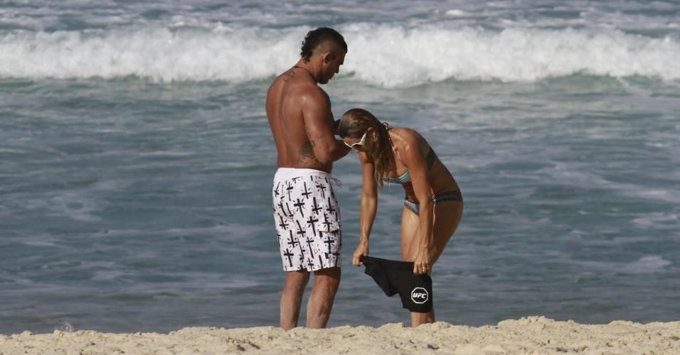 19.jun.2013 - O lutador Vitor Belfort e a mulher, Joana Prado, conversam na praia da Barra da Tijuca, no Rio de Janeiro