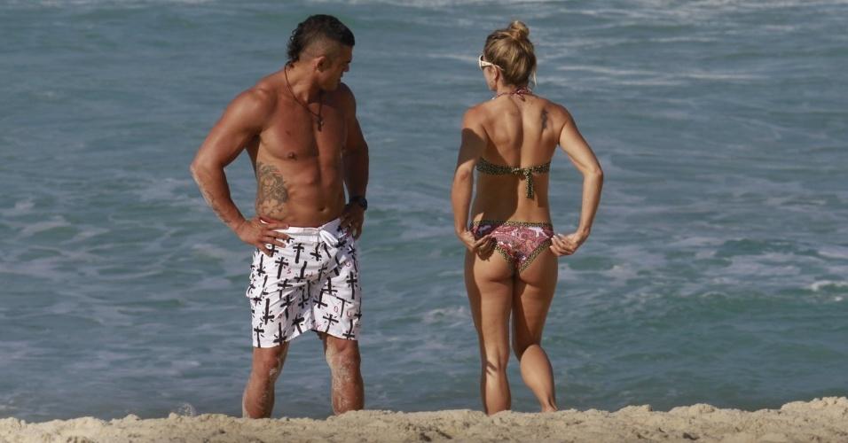 19.jun.2013 - O lutador Vitor Belfort e a mulher, Joana Prado, se exercitam na praia da Barra da Tijuca, no Rio de Janeiro