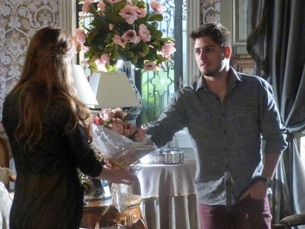 """Em """"Amor à Vida"""", Rogério leva flores para Nicole e pede para ela se tratar"""