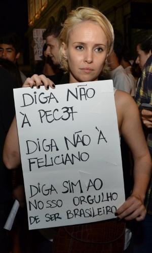 20.jun.2013 - A atriz Fernanda Nobre participa da mobilização no Rio de Janeiro, nesta quinta-feira