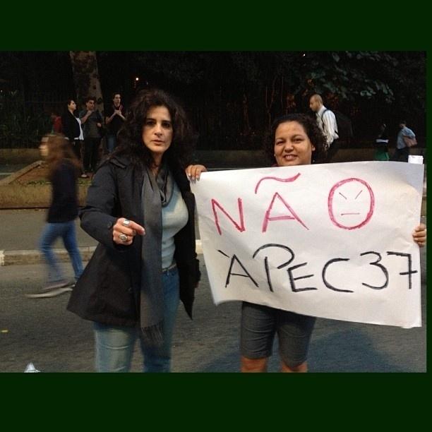 20.jun.2013 - A atriz Lúcia Veríssimo protestou contra a PEC 37 em São Paulo