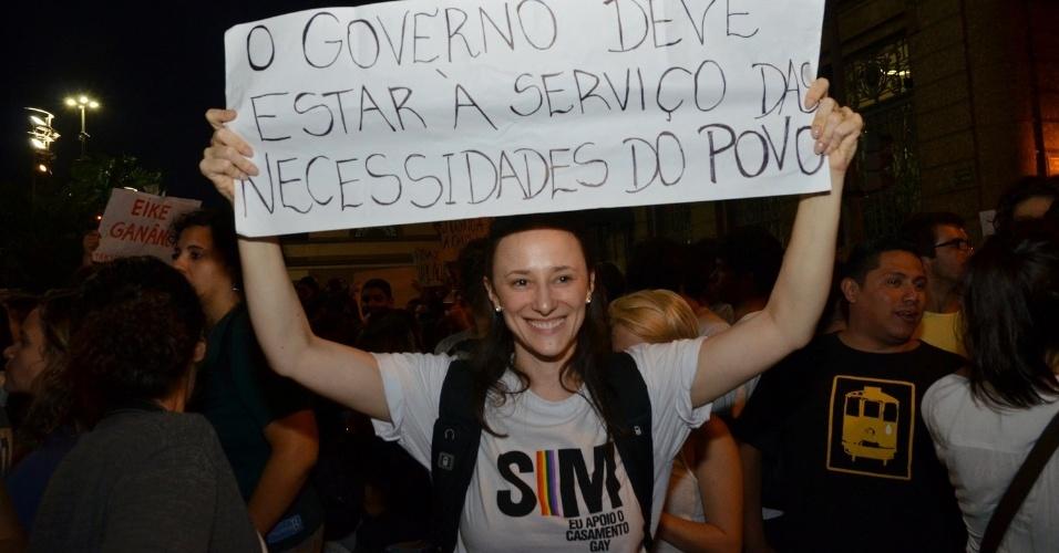 20.jun.2013 - A atriz Paula Braun, mulher de Mateus Solano, participa da mobilização no Rio de Janeiro, em apoio ao casamento gay