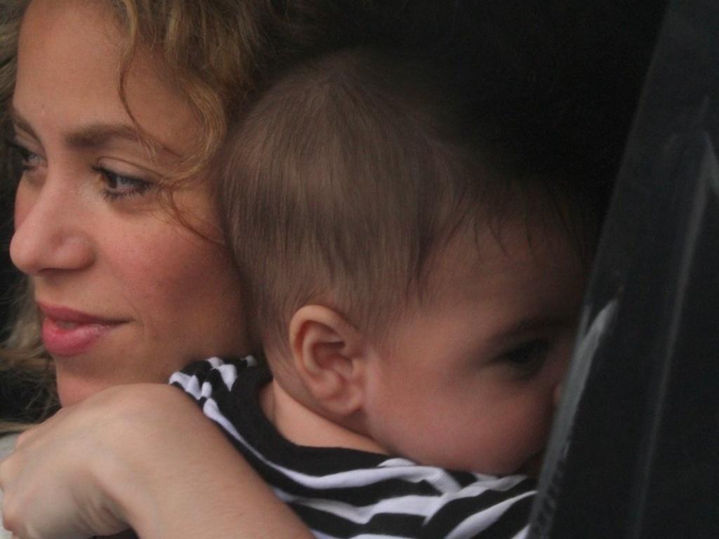 20.jun.2013 - A cantora colombiana Shakira desembarca no aeroporto internacional do Rio de Janeiro com o filho Milan. Ela veio encontrar o namorado, o jogador da seleção espanhola Piqué