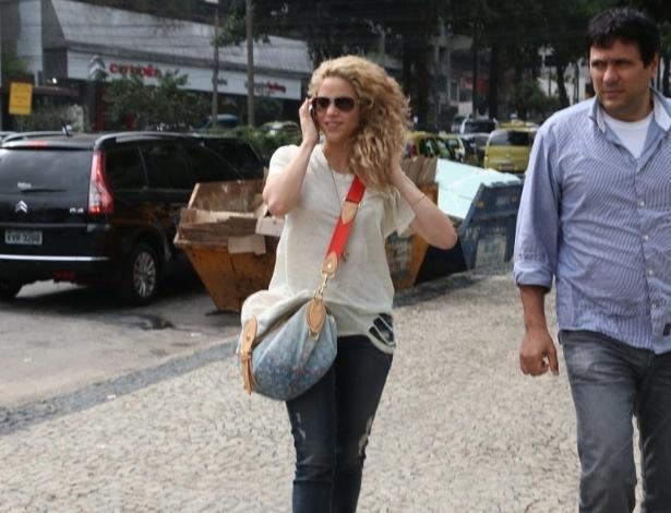 20.jun.2013 - A cantora colombiana Shakira visita consulado americano em Botafogo, no Rio