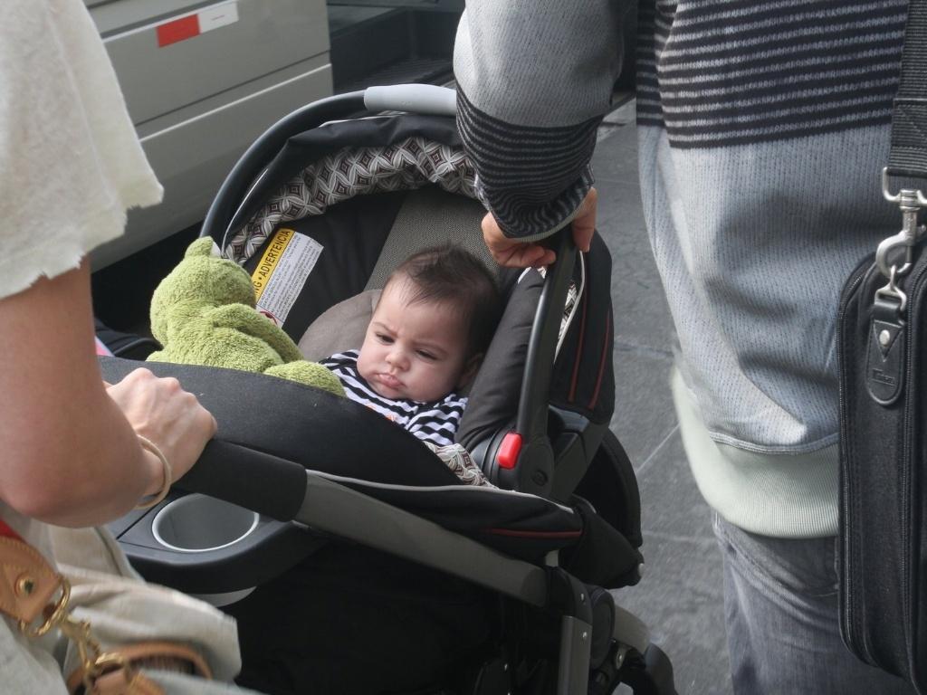 20.jun.2013 - Milan, filho da cantora colombiana Shakira com o jogador de futebol espanhol Gerard Piqué, chega com a mãe ao Rio de Janeiro