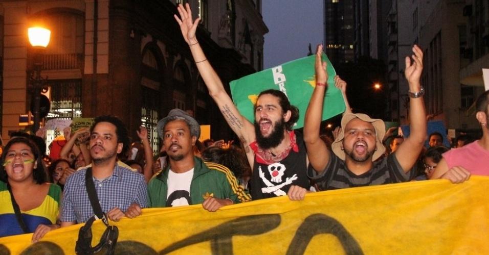 20.jun.2013 - O ator Bernardo Mendes (de barba) participa da mobilização no Rio de Janeiro, nesta quinta-feira