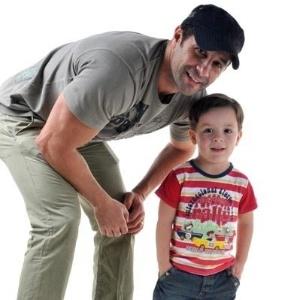 18.jun.2011 - Marcos Oliver posa com o filho Daniel, de 4 anos