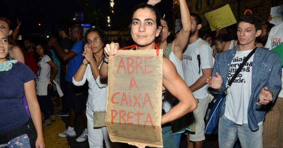 """20.jun.2013 - A atriz Carol Machado usa cartaz de protesto durante manifestação da ala LGBT"""" na passeata """"Dia Nacional de Lutas"""", no Largo de São Francisco, Centro do Rio de Janeiro"""