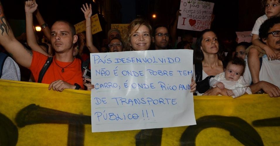 """20.jun.2013 - A atriz Christine Fernandes leva cartaz de protesto durante manifestação da ala LGBT"""" na passeata """"Dia Nacional de Lutas"""", no Largo de São Francisco, Centro do Rio de Janeiro"""