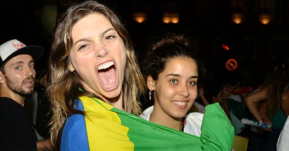 """20.jun.2013 - A atriz Juliana Schalch se cobre com a bandeira do Brasil durante manifestação da ala LGBT na passeata """"Dia Nacional de Lutas"""", no Largo de São Francisco, Centro do Rio de Janeiro"""