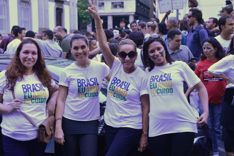 20.jun.2013 -  A estilista Lenny Niemeyer (ao centro, de óculos) participa com amigas de manifestação no Rio de Janeiro