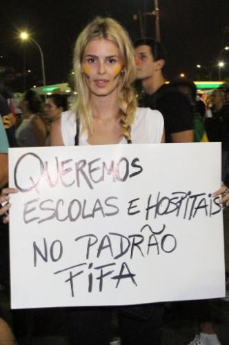 """20.jun.2013 - A modelo Yasmin Brunet leva cartaz de protesto durante manifestação da ala LGBT na passeata """"Dia Nacional de Lutas"""", no Largo de São Francisco, Centro do Rio de Janeiro"""