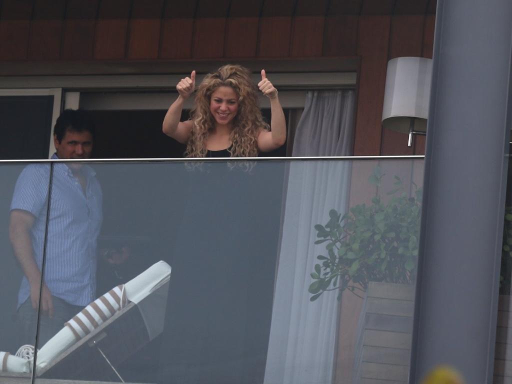 21.jun.2013 - A cantora Shakira acena para os fãs da sacada do hotel Fasano, em Ipanema, no Rio de Janeiro
