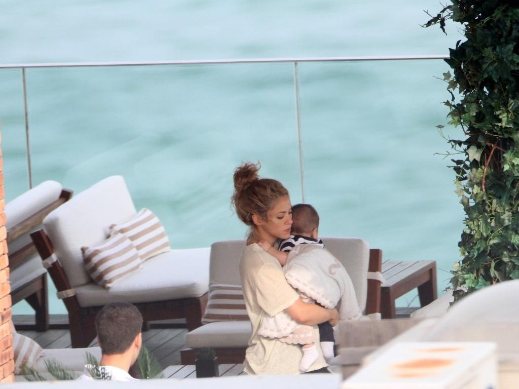 21.jun.2013 - A cantora Shakira é fotografada com o filho Milan no hotel Fasano, na zona sul do Rio. Ela está na cidade para assistir aos jogos do marido, Gerard Piqué, pela Espanha, na Copa das Confederações