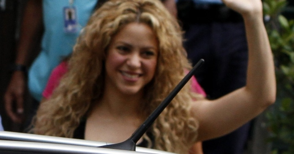 21.jun.2013 - A cantora Shakira é fotografada saindo do consulado dos Estados Unidos no Centro do Rio de Janeiro. Na tarde de quinta-feira (20), ela também visitou o consulado americano, mas na unidade de Botafogo. Shakira desembarcou no Rio com o filho Milan, e veio acompanhar o namorado, o jogador da seleção espanhola, Gerard Piqué