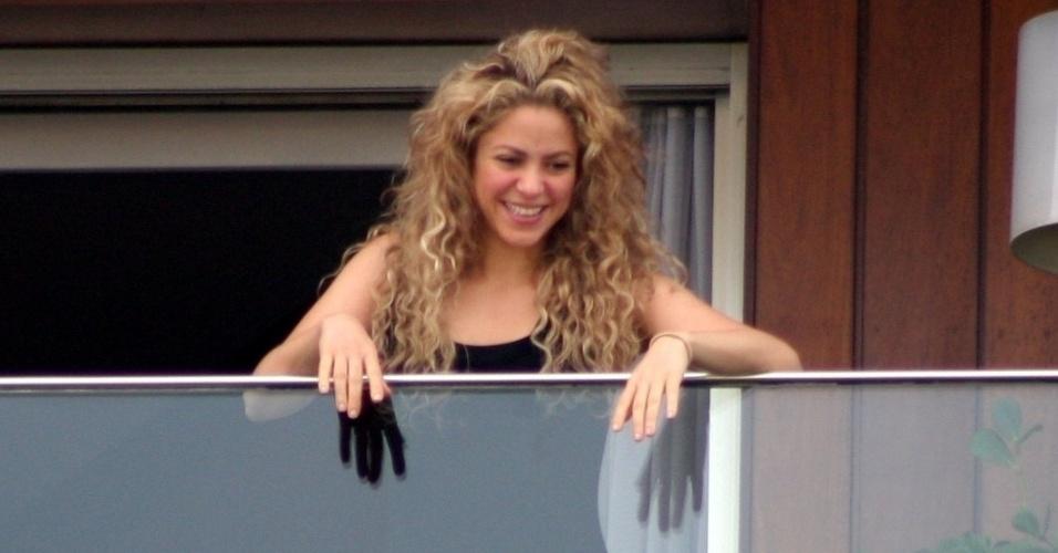 21.jun.2013 - A cantora Shakira sorri para os fãs da sacada do hotel Fasano, em Ipanema, no Rio de Janeiro