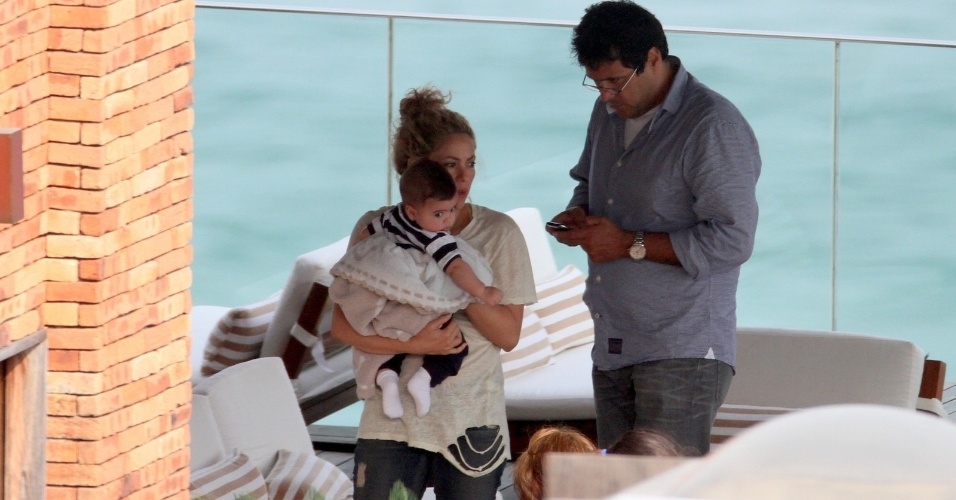 21.jun.2013 - Com o cabelo preso, Shakira passeia com o filho Milan perto da piscina do hotel Fasano, em Ipanema, zona sul do Rio