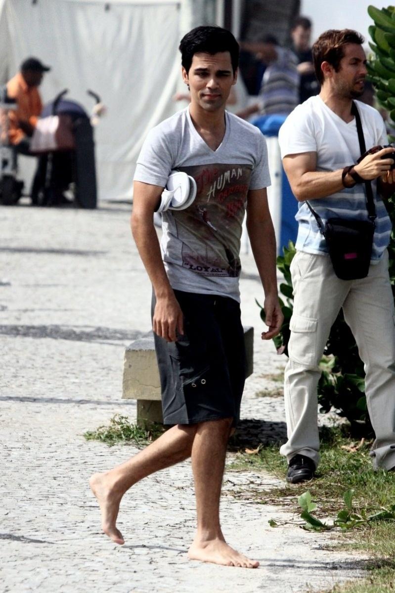 """21.jun.2013 - Josafá Filho, o Filipinho de """"Sangue Bom"""", grava cenas da novela na orla da Barra da Tijuca, no Rio de Janeiro. Na trama, seu personagem sonha em ser ator"""