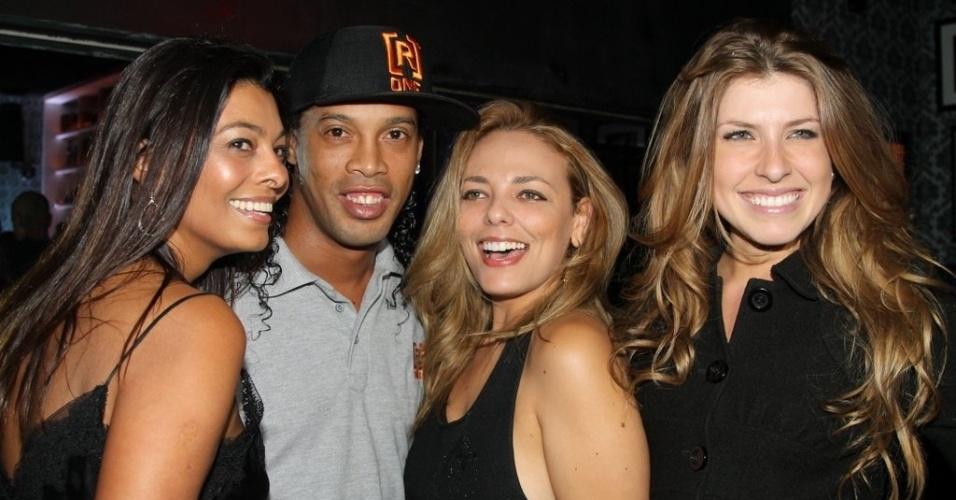 21.jun.2013 - Ronaldinho Gaúcho posa com fãs em festa para coleção de sua marca de roupas em São Paulo
